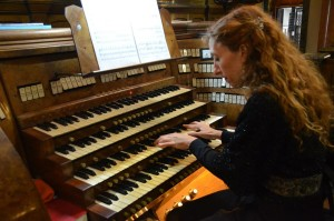 Loreto Aramendi en la consola del órgano del Santísimo Sacramento