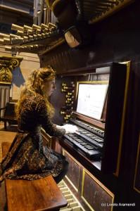 Loreto Aramendi a la consola del órgano Desmottes de El Vendrell