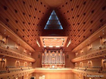 Loreto Aramendi plays Sinfonía de la Cantata n.29 - J.S.Bach. Opera City Hall - Tokyo - Japan.